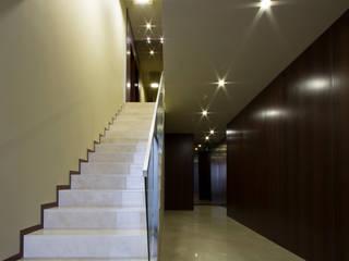 Empreendimento LUZIA VILLAS | Edifício Multifamiliar: Corredores e halls de entrada  por Valdemar Coutinho Arquitectos,Moderno