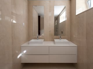 Modern bathroom by Valdemar Coutinho Arquitectos Modern
