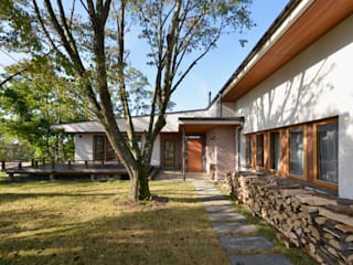 傾斜地に建つ家 北欧風 家 の 株式会社シーンデザイン建築設計事務所 北欧