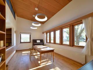 傾斜地に建つ家 北欧デザインの ダイニング の 株式会社シーンデザイン建築設計事務所 北欧