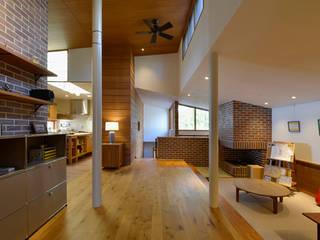傾斜地に建つ家 北欧デザインの リビング の 株式会社シーンデザイン建築設計事務所 北欧