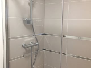 Rénovation d'une cuisine et salle de bain d'appartement Salle de bain moderne par AMNIOS Moderne