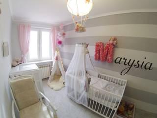 Białe łóżeczko i komoda z przewijakiem MAMAIPAPA od Jedynak Babywelt Nowoczesny