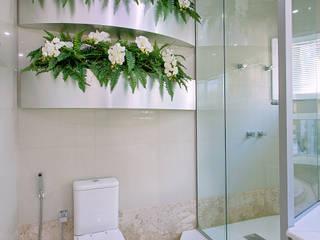 Casa Malibu: Banheiros  por Arquiteto Aquiles Nícolas Kílaris