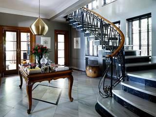 AA HOUSE EMIRGAN Pasillos, vestíbulos y escaleras de estilo mediterráneo de Esra Kazmirci Mimarlik Mediterráneo