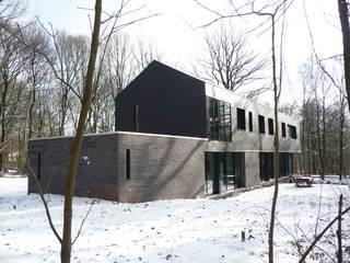 Sous bois - Luc Spits Architecture: Maisons de style  par Luc Spits Interiors