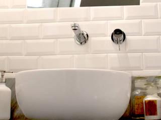 Interior casale Ragalna (CT): Bagno in stile  di studio musumeci architetti