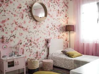 Une jolie chambre pour une petite princesse qui voit la vie en rose ....: Chambre d'enfant de style de style Scandinave par COLOMBE MARCIANO