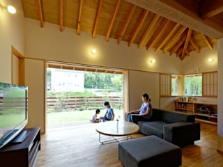 YK House 方形屋根の家: 磯村建築設計事務所が手掛けたリビングです。,