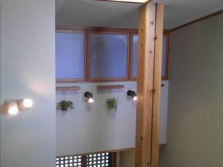 大黒柱の支える家: 一新設計舎+P.f.が手掛けた廊下 & 玄関です。