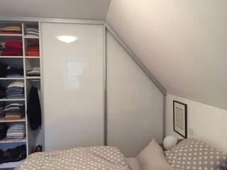 Einbauschrank im Raum mit Dachschräge und Mauerversprung:   von Bauer Schranksysteme GmbH