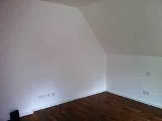 Raum mit Dachschräge und Mauerversprung:   von Bauer Schranksysteme GmbH