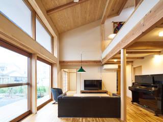 成沢の家: 大類真光建築設計事務所が手掛けたリビングです。
