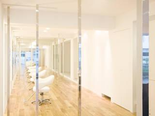 学芸大学の美容室: 鈴木淳史建築設計事務所が手掛けた商業空間です。