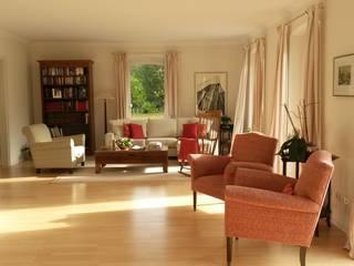 Modernes Landhaus Prager Interiors Wohnzimmer im Landhausstil Holz Weiß