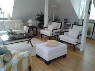 Dachgeschoßappartement: moderne Wohnzimmer von Prager Interiors