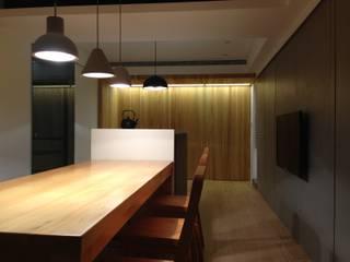 Salle à manger de style  par AIRS 艾兒斯國際室內裝修有限公司, Moderne