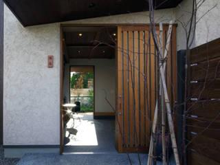 竪林町の家: アトリエ イデ 一級建築士事務所が手掛けた廊下 & 玄関です。