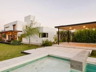 Casa VA: Piletas de estilo  por Development Architectural group