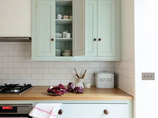 The Pimlico Kitchen by deVOL Nhà bếp phong cách kinh điển bởi deVOL Kitchens Kinh điển