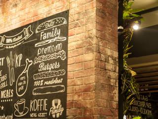 Industriële bakstenen muur in cafetaria 'family treffers':   door StonePress