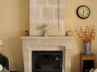 Habillage de cheminée en pierre de taille Salon méditerranéen par Provence Retrouvée Méditerranéen