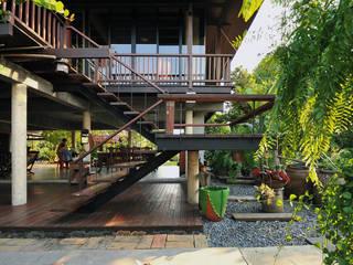 Rumah Gaya Country Oleh บริษัท สถาปนิกชุมชนและสิ่งแวดล้อม อาศรมศิลป์ จำกัด Country Kayu Wood effect