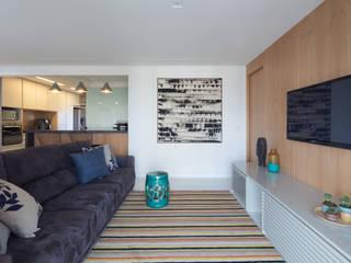 Ruang Media Minimalis Oleh Haruf Arquitetura + Design Minimalis