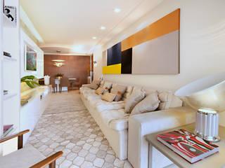 现代客厅設計點子、靈感 & 圖片 根據 Coutinho+Vilela 現代風