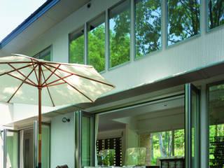 軽井沢のVILLA | 別荘建築: Mアーキテクツ|高級邸宅 豪邸 注文住宅 別荘建築 LUXURY HOUSES | M-architectsが手掛けたベランダです。