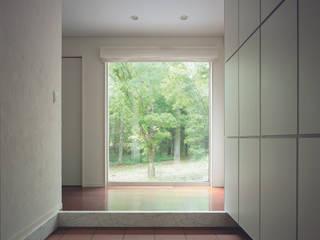 軽井沢のVILLA | 別荘建築: Mアーキテクツ|高級邸宅 豪邸 注文住宅 別荘建築 LUXURY HOUSES | M-architectsが手掛けた廊下 & 玄関です。