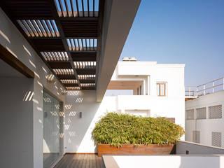 Modern balcony, veranda & terrace by Morphogenesis Modern