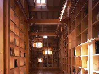 スタディルーム: エム・アイ・エー・アーキテクツ有限会社が手掛けた書斎です。