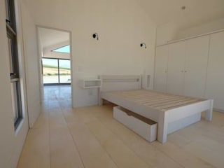 50m2 Sugar Gum Cladded home with decking - work in progress. Classic style bedroom by Greenpods Classic Wood Wood effect