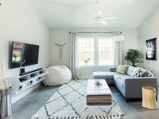 Urban Retreat:  Living room by Brett Nicole Interiors