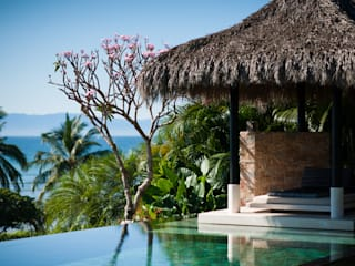 Tropical style pool by Arcencielstudio Tropical