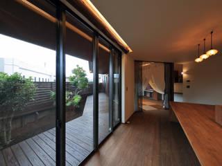 アジアンな個性派 平屋住宅: ing-環境設計室が手掛けたリビングです。,