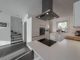 Modern Kitchen by Kimberly Kurz Immobilien Modern