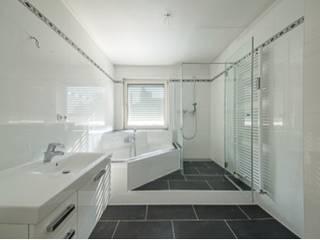 Modern Bathroom by Kimberly Kurz Immobilien Modern