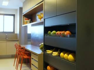 Cozinhas tropicais por Ju Nejaim Arquitetura Tropical