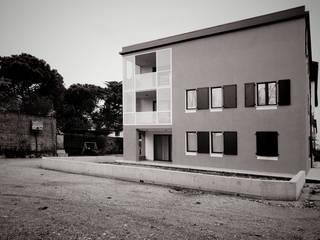 MM House - esterno: Case in stile in stile Moderno di LASAstudio