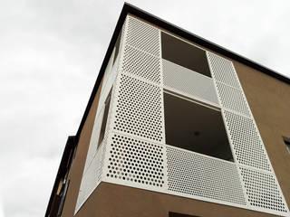 MM House - esterno dettaglio: Case in stile in stile Moderno di LASAstudio
