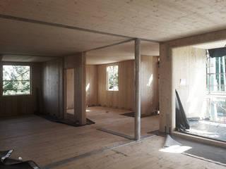 MM House - struttura Xlam: Soggiorno in stile in stile Moderno di LASAstudio