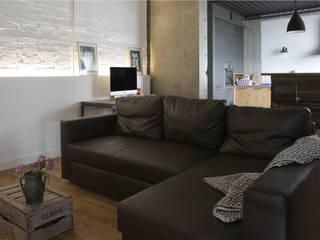 Salas / recibidores de estilo  por KOPNA, Industrial