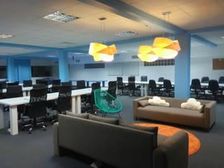 Oficinas Tienda Nube: Salas multimedia de estilo  por Estudio Primal