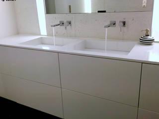 Biały beton architektoniczny w połączeniu z umywalką z odpływem liniowym. Nowoczesna łazienka od Luxum Nowoczesny