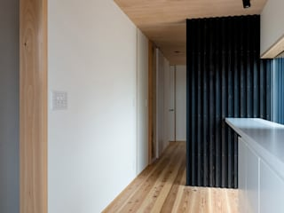HOUSE IN MARUOKA: TTA+A 高橋利明建築設計事務所が手掛けた廊下 & 玄関です。