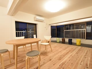 外の景色を取り込んだ自然素材空間: 合同会社negla設計室が手掛けたです。