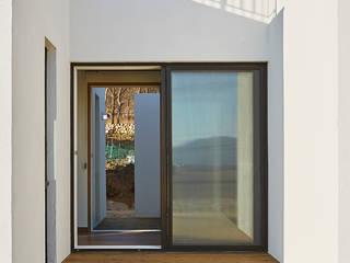 강화도 창후리 바다가 보이는 전원주택 모던스타일 발코니, 베란다 & 테라스 by 경피리 건축발전소 모던
