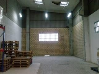 Vista_Nave_antes: Oficinas y Tiendas de estilo  de MAGA - Diseño de Interiores
